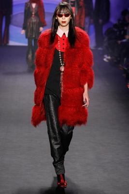 Модель пальто из красной тибетской овчины, представленная дизайнером Анной Сью