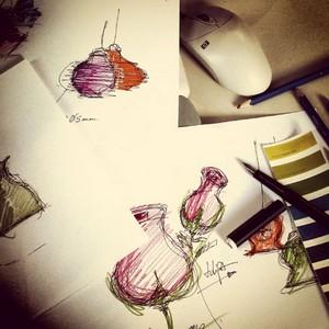 Crisbase, этап 1: Дизайнер придумывает идею новой настольной лампы и рисует эскиз на бумаге