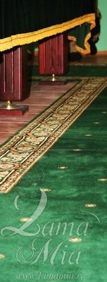 Зелёная ковровая дорожка возле бильярдного стола
