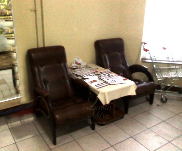 Образец использования кресел для отдыха Маэстро в холле многоквартирного дома
