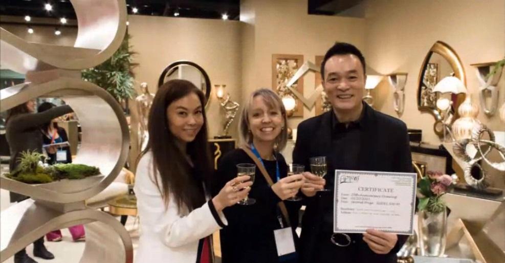 Ричард Чан и его жена Мария вручают сертификат партнёру Artmax Inc.