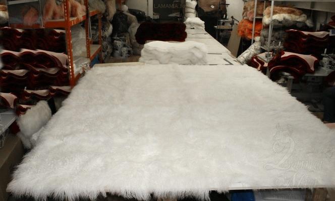 Покрывало из тибетской овчины отшивается в ателье интернет-магазина lamamia.ru по заказу покупателя