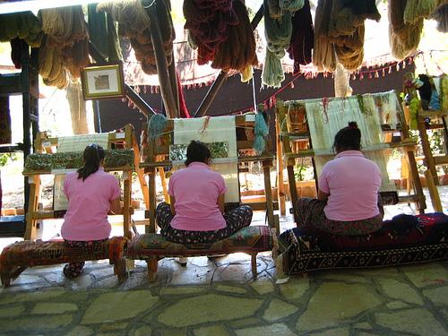Индийские женщины за работой над ковром